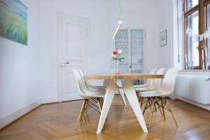 FLOLA Betonlampe im Altbau mit EM Table von Prouvé vitra